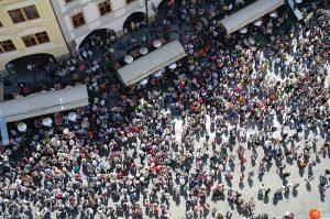 Foto de mucha gente en una plaza