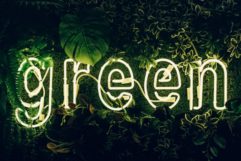 Palabra Green iluminada para representar el Greenwashing